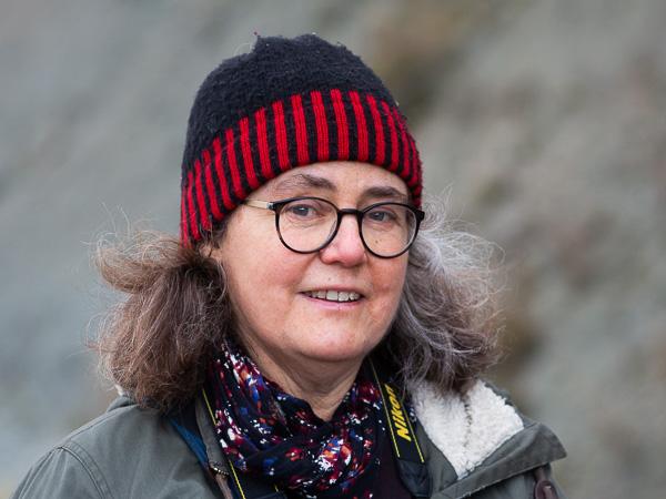 Fossilsafari: Geologen och fossilexperten Sara Eliasson guidar oss. Foto: Jim Sundberg/GotlandNature.