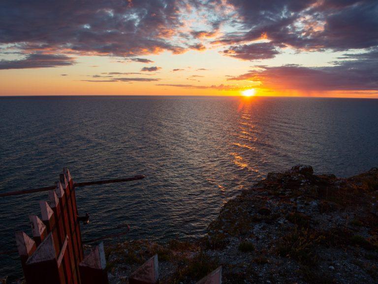 Landskapsfoto på Stora Karlsö: vacker solnedgång vid fyren. Foto: Jim Sundberg/GotlandNature.